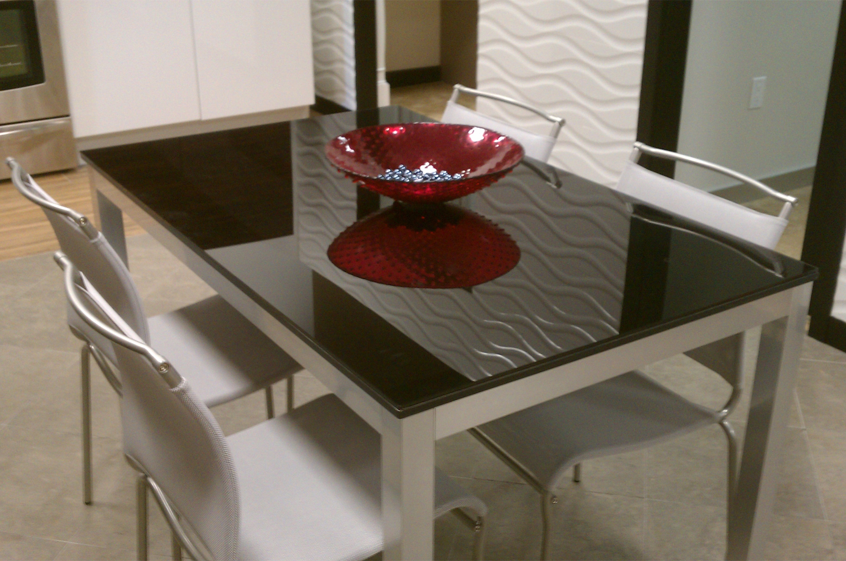 All the details of the choice of glass tables for the kitchen